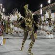 Cris Vianna desfilava na Avenida no Rio quando caiu de joelhos. Atriz usou uma sandália gladiadora de salto alto e fantasia de rainha africana no Desfile das Campeãs