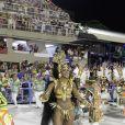 Cris Vianna leva tombo ao desfilar na Sapucaí pela Imperatriz, no Rio, no Desfile das Campeãs, neste sábado, 21 de fevereiro de 2015. Após queda, a rainha de bateria da escola de samba, a sexta colocada no Carnaval 2015, não perde o sorriso