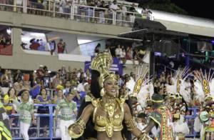 Rainha de bateria, Cris Vianna cai de joelho durante Desfile das Campeãs no Rio