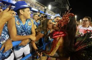 Sabrina Sato e Viviane Araújo dão selinho durante Desfile das Campeãs, no Rio