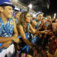 Sabrina Sato bate-papo com Viviane Araújo na Sapucaí durante desfile de Carnaval no Rio