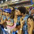 Após tietar Viviane Araújo, Sabrina Sato assiste ao desfile do Salgueiro aos beijos com o namorado, João Vicente de Castro