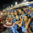 Após tietar Viviane Araújo, Sabrina Sato assiste ao desfile do Salgueiro, da qual a atriz é rainha de bateria, ao lado do namorado, João Vicente de Castro