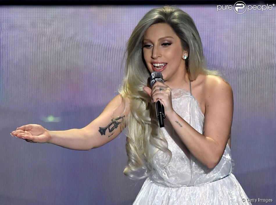 Lady Gaga canta as músicas 'The Hills Are Alive', 'Favourite Things' e 'Climb Every Mountain'