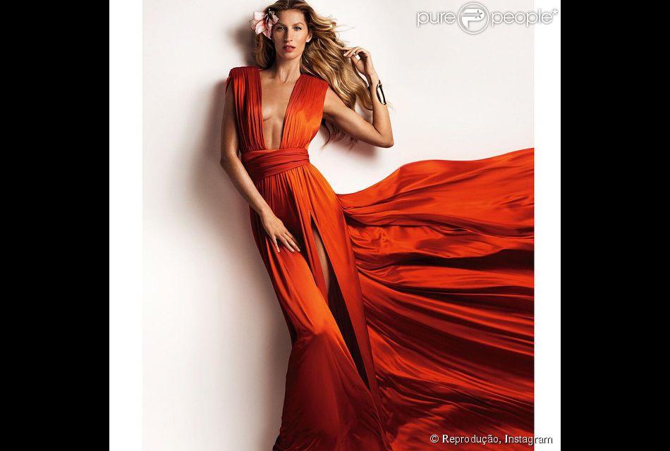 Gisele Bündchen posa para revista 'Vogue' chinesa com vestido fendado e decote cavado. A foto foi publicada pela modelo em sua conta no Instagram, nesta segunda-feira, 23 de fevereiro de 2015
