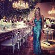 Ludmila Dayer ficou deslumbrante neste vestido azul brilhoso