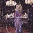 Carolina Dieckmann deixa calcinha à mostra ao usar vestido transparente com três rendas e bordado