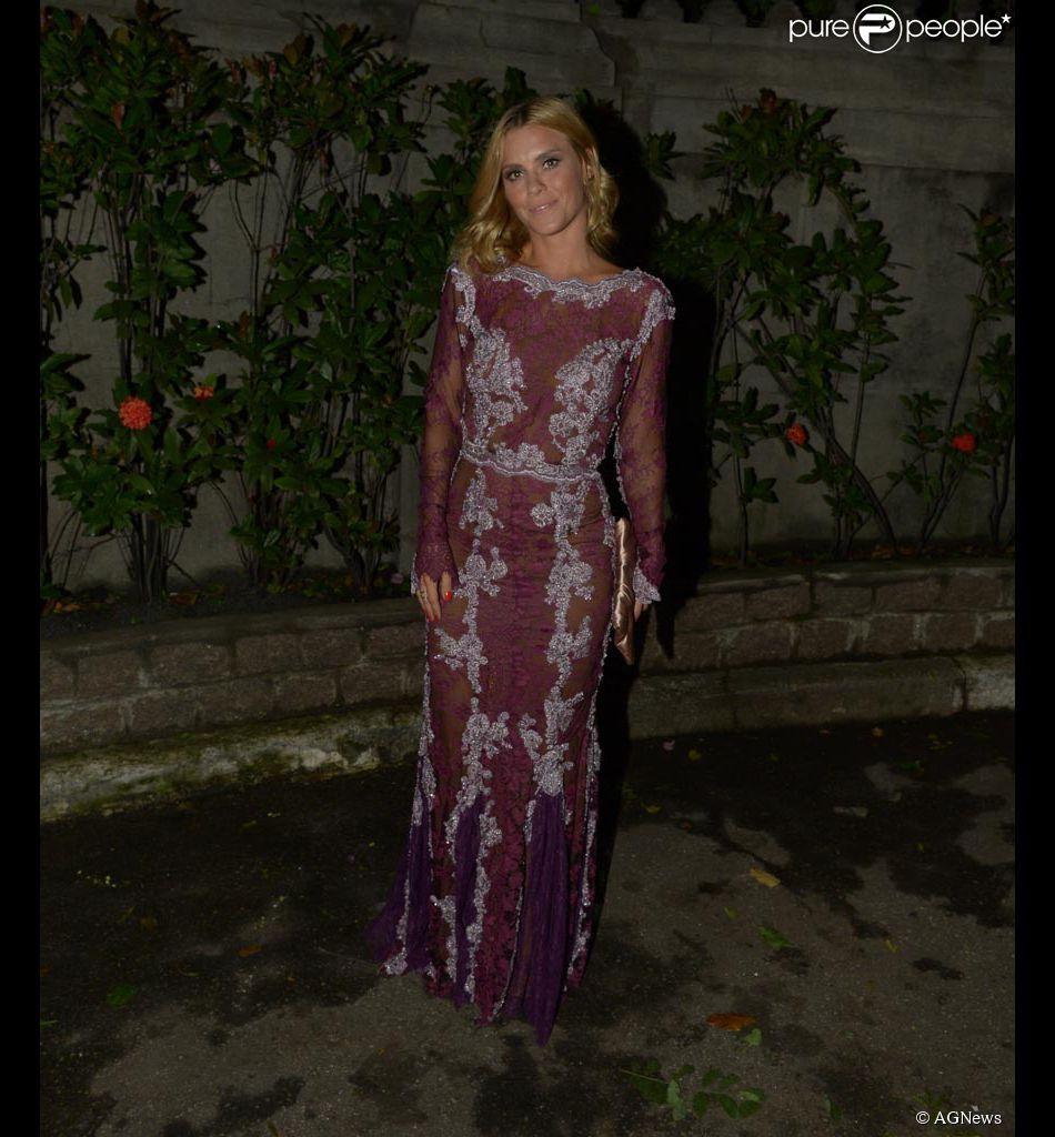 Carolina Dieckmann usa vestido Lethicia Bronstein no casamento de Fernanda Souza e Thiaguinho, em 24 de fevereiro de 2015
