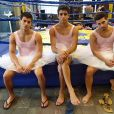 Arthur Aguiar e seus colegas de elenco Jean Amorim e Bruno Fraga se divertem nos bastidores da novela com o figurino de bailarina que vestiram para uma cena