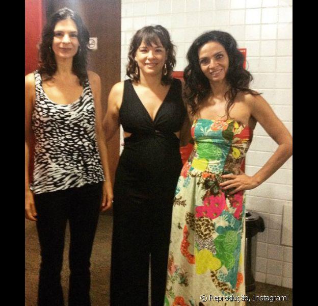 Grávida pela segunda vez de um menino, Regiane Alves exibiu a barriguinha discreta ao lado de Helena Ranaldi e Claudia Ohana