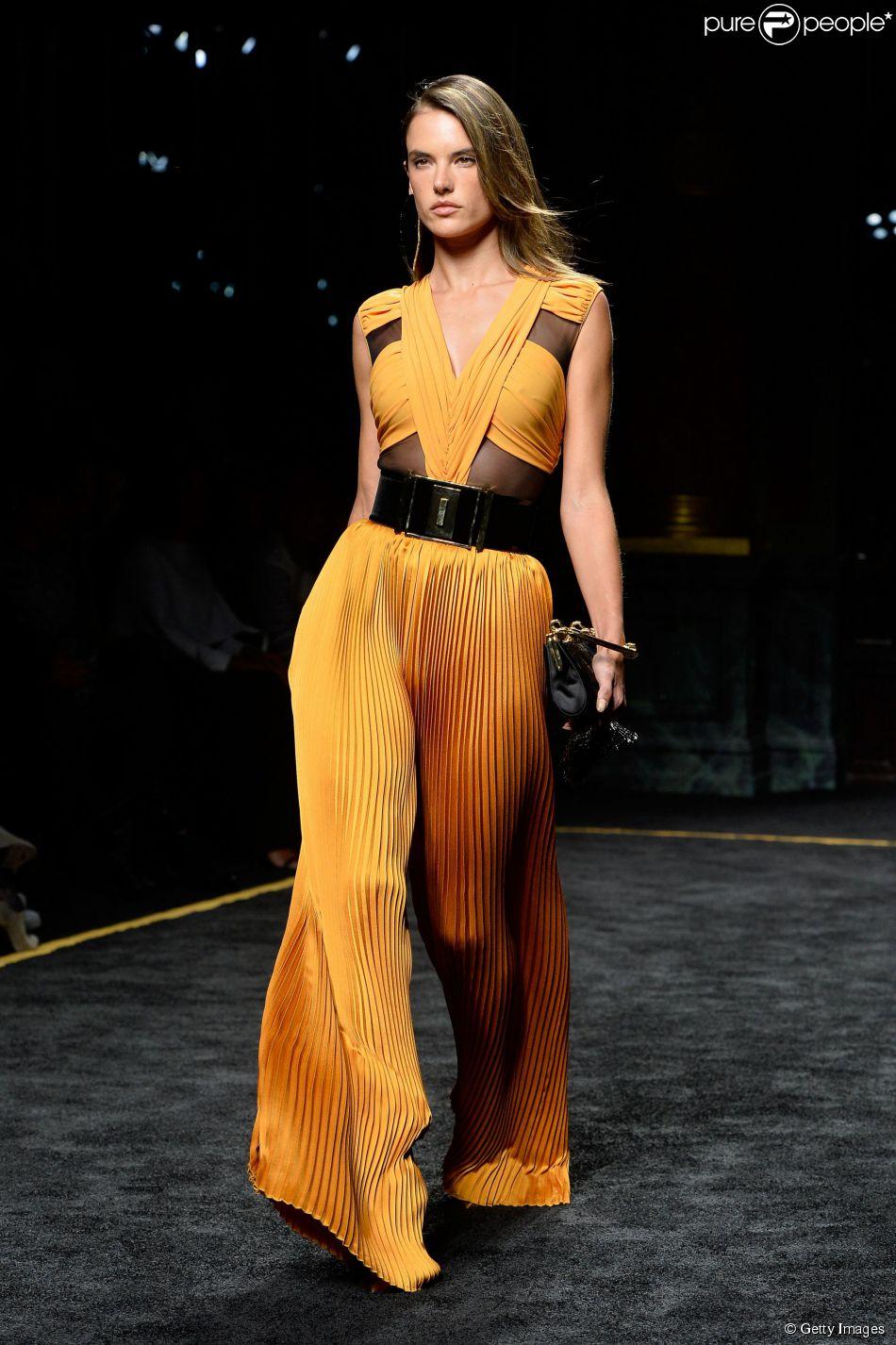 Alessandra Ambrosio esbanja elegância em desfile da B almain Outono/Inverno 2016 na Semana de Moda Feminina de Paris, na França, nesta quinta-feira, 5 de março de 2015