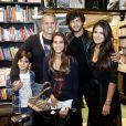 Antonia Morais e Jesus Luz posam com Orlando Morais e os irmãos da atriz, Ana Morais e Bento