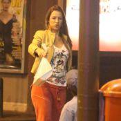 Luana Piovani sai de restaurante sorridente e distribui pizza para flanelinhas