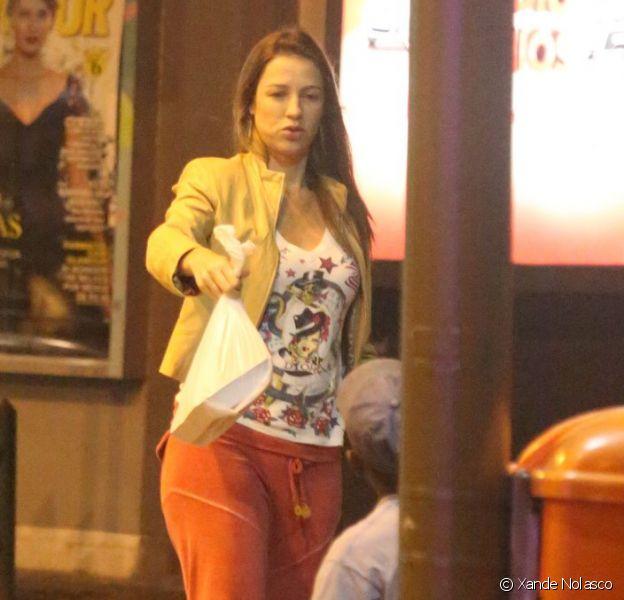 Luana Piovani deixa lanchonete na Zona Sul do Rio e distribui pizza para flanelinhas, em 25 de abril de 2013