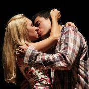 Arthur Aguiar, o Duca de 'Malhação', troca beijos com Carla Diaz em peça