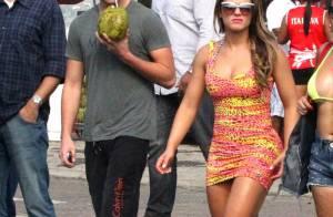 Babi Rossi vai à praia com namorado, Olin Batista, e posa de biquíni com amigos