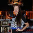 Juliana Didone mostrou-se antenada com as tendências e combinou uma palazzo pant com uma blusa estampada