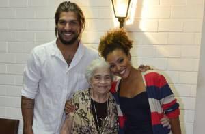 Sheron Menezzes recebe avó e namorado, Saulo Bernard, no teatro