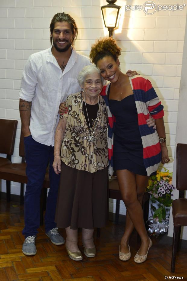Sheron Menezzes recebe avó e o namorado, Saulo Bernard, depois de se apresentar com o espetáculo 'Açai & Dedos', no Rio de Janeiro, em 1º de maio de 2013