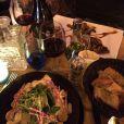 Karen Brusttolin clicou uma mesa de jantar com Alexandre Nero