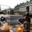 Alexandre Nero também clicou um momento seu de descanso em um bar de Paris