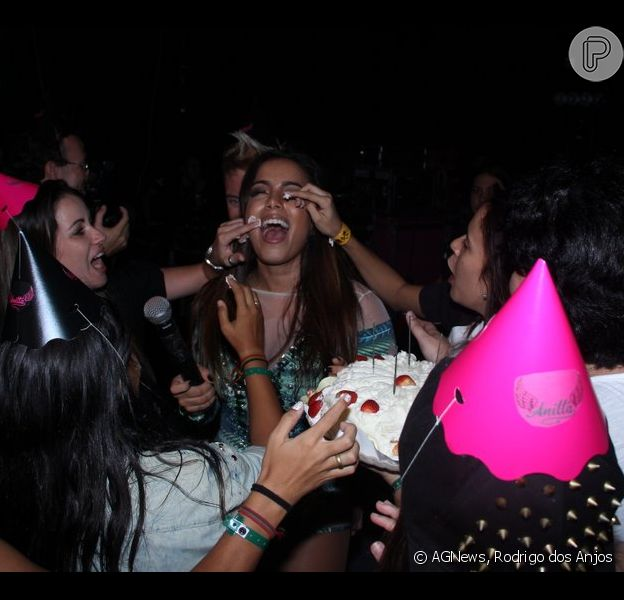 Anitta é lambuzada de bolo por fãs em comemoração de aniversário antecipada