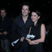 Débora Falabella recebe prêmio de teatro acompanhada do namorado, Murilo Benício