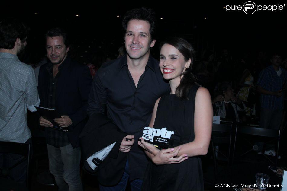 Débora Falabella recebe prêmio na 9ª edição do Prêmio APTR de Teatro ao lado do namorado, Murilo Benício, no Rio de Janeiro, em 24 de março de 2015