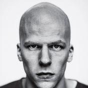 Jesse Eisenberg aparece caracterizado como o vilão Lex Luthor. Confira a foto!