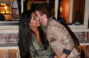 Ex-BBB Talita festeja aniversário aos beijos com o namorado, Rafael, em boate