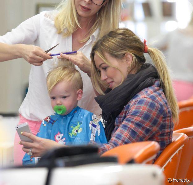 Hilary Duff levou o filho de 1 ano, Luca, para seu primeiro corte de cabelo, nesta terça-feira, 7 de maio de 2013