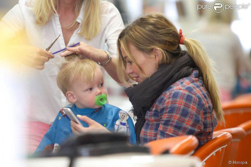 Hilary Duff distraía o filho com seu celular, para que ele não chorasse