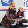 Hilary Duff levou o filho, Luca, para cortar cabelo em Los Angeles