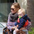 Luca, filho de Hilary Duff, exibia um pequeno machucado na testa