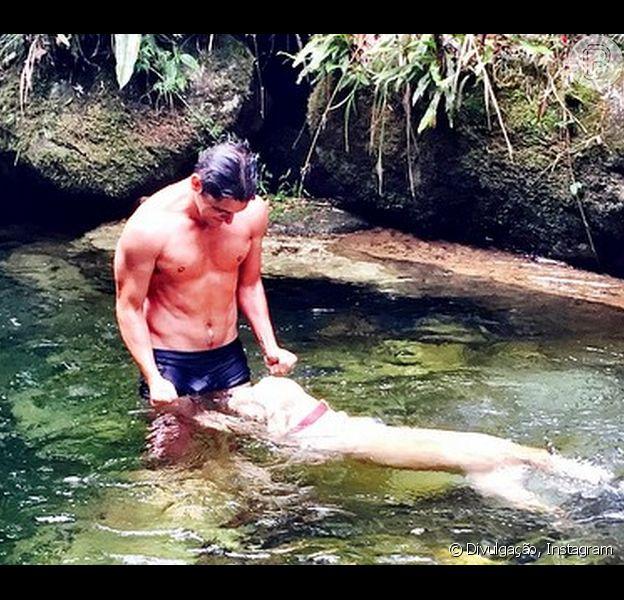 Ator Bruno Gissoni faz sucesso entre as fãs ao postar foto de sunga durante mergulho com seu cão da raça Labrador numa cachoeira neste domingo, 29 de março de 2015
