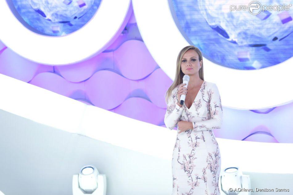 Eliana realizou troca de roupas em seu programa no SBT neste domingo, 29 de março de 2015