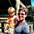 Jonatas Faro posa com Guy, o primeiro filho, durante a festa de 2 anos do menino