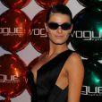 Isabeli Fontana usa vestido com decote assimétrico de Anthony Vaccarello