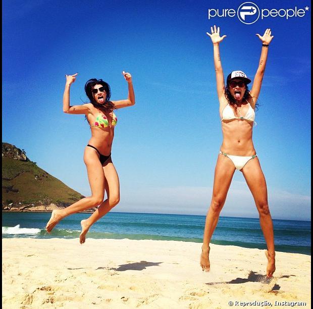 Thaila Ayala publica foto em que aparece dando um salto na praia e mostra boa forma. A atriz, de biquíni branco e boné, posou acompanhada de um amiga