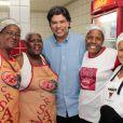 Maurício Mattar passou o Dia das Mães na Feijoada do Salgueiro no último domingo, dia 12, e foi tietado pelas cozinheiras da quadra
