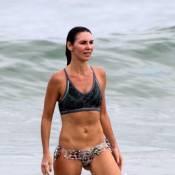 Glenda Kozlowski mostra barriga tanquinho em tarde de exercícios na praia
