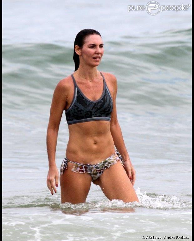 Glenda Kozlowski, apresentadora do 'Esporte Espetacular', exibe barriga sequinha em mergulho no mar na tarde de quinta-feira, 16 de maio de 2013