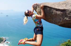 Flávia Alessandra posta foto pendurada em pedra e fãs acham que é montagem