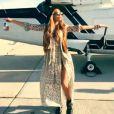 Para curtir o Coachella, Beyoncé usou um look boho de mais de R$ 25 mil, composto por um vestido floral longo e de mangas compridas da grife Boheme - de R$15 mil - com colete de camurça Saint Laurent - de R$ 10 mil