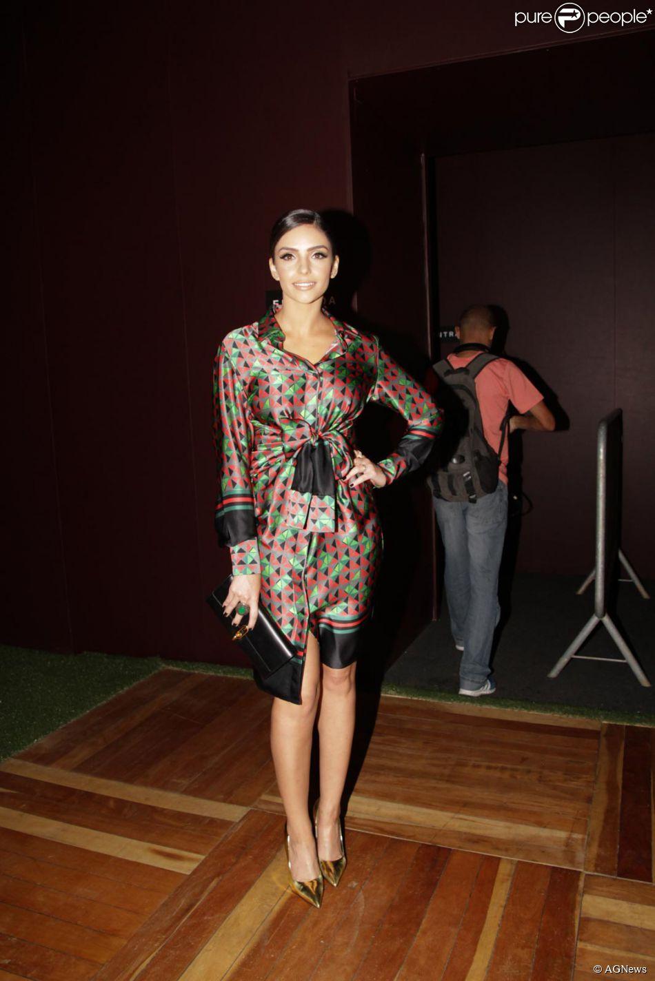 Carol Celico escolheu um vestido de seda da grife A partamento 03 para o primeiro dia de desfiles da São Paulo Fashion Week, na segunda-feira, 13 de abril 2015