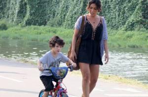 Daniele Suzuki, a Roberta de 'Malhação', leva o filho para andar de bicicleta
