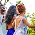 Rihanna aposta em vestido com as costas nuas para ser dama de honra de casamando havaiano