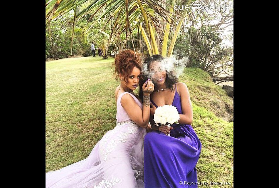 Rihanna faz poses sexys com vestido de dama de honra em casamento no Havaí