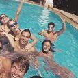 Yanna Lavigne e Bruno Gissoni também aparecem em piscina com grupo de amigos
