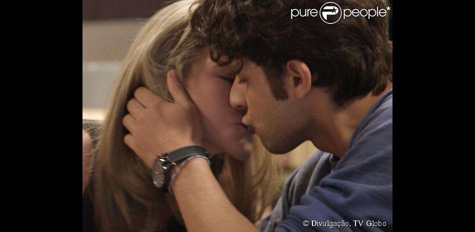 Cecília (Hanna Romanazzi) vai à casa de Rafael (Chay Suede) e o leva para a cama, em 'Babilônia', em 8 de maio de 2015